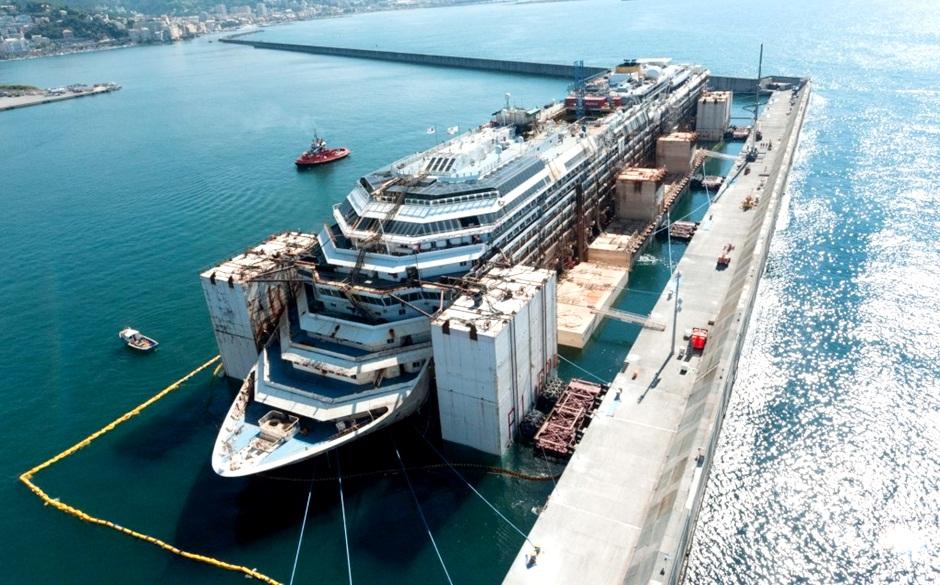 Costa Concordia em Gênova para desmanche